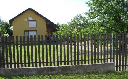 Útulný rodinný domček s krásnym pozemkom v obci Holiare, pri Veľkom Mederi
