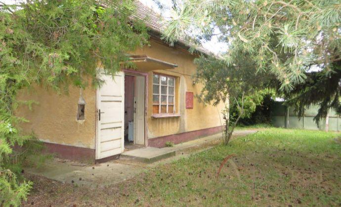 Best Real - priestranný pozemok so starším rodinným domom v obci Lúč na Ostrove - investičná príležitosť