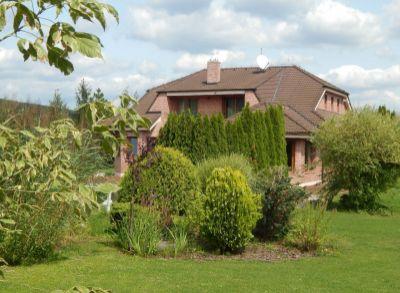 Predaj rodinnej vily s prírodným jazerom, 4030m2 pozemok, krásna záhrada.