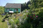 Malebný domček obklopený krásnou prírodou