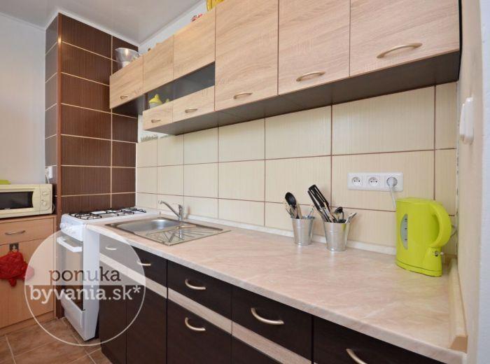 PREDANÉ - SARATOVSKÁ, 1-i byt, 42 m2 – nová kompletná rekonštrukcia, ZATEPLENIE, ŠATNÍK, výborná vybavenosť v priamom okolí