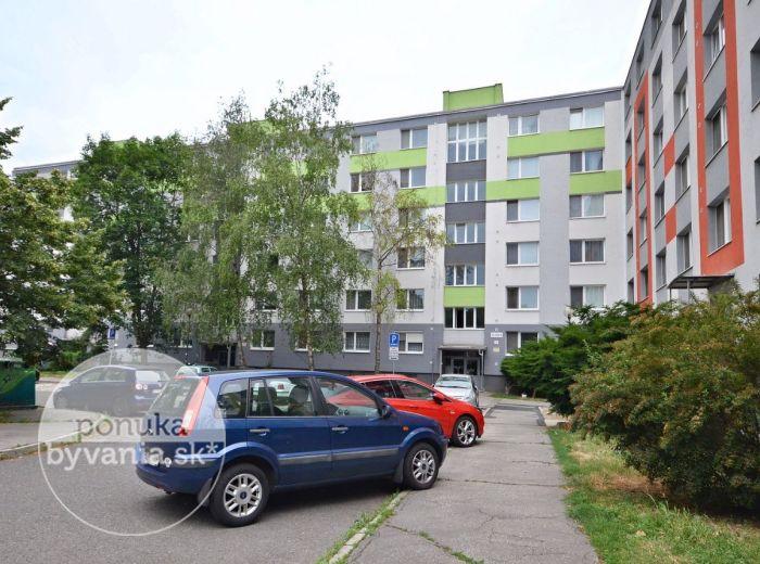 PREDANÉ - ČILIŽSKÁ, 3-i byt, 70 m2 – čiastočná rekonštrukcia, LOGGIA, zateplenie, krásny výhľad, lokalita plná ZELENE, ihneď voľný