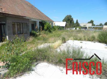 ZNÍŽENÁ CENA!! Predáme stavebný pozemok so starším RD v obci Šintava