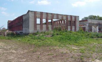 Na predaj 24 árový pozemok s budovou na rekonštrukciu.