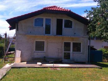 Novostavba rodinného domu pred dokončením.