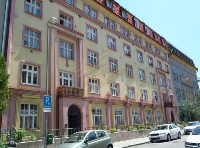 PREDANÉ - KLEMENSOVÁ, 1-i byt, 45 m2 – tehlový byt v tichej lokalite Starého Mesta, HISTORICKÁ PAMIATKA