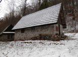 Kamenná chata uprostred lesa - Klubina