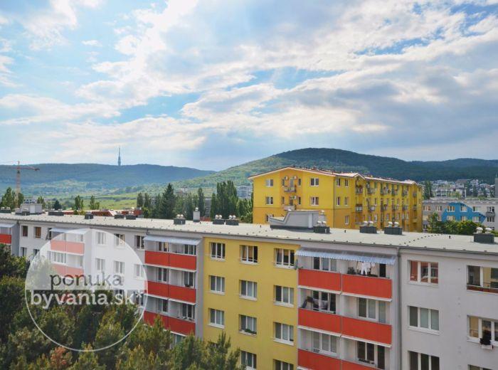 PREDANÉ - RAČIANSKA, 2-i byt, 60 m2 – príjemný svetlý byt, čiastočná rekonštrukcia, ZATEPLENIE, balkón, výhľad na KARPATY, kompletná vybavenosť