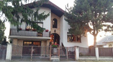 Ponúkame na predaj pekný rodinný dom v Malých Kosihách