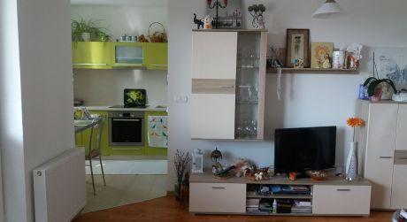 Priestranný a slnečný 3 izbový byt vhodný pre rodinu na predaj čiastočne zariadený