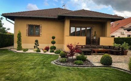 Kvalitný 5-izbový rodinný dom/bungalov s garážou a s krásnym dvorom v obci Orechová Potôň