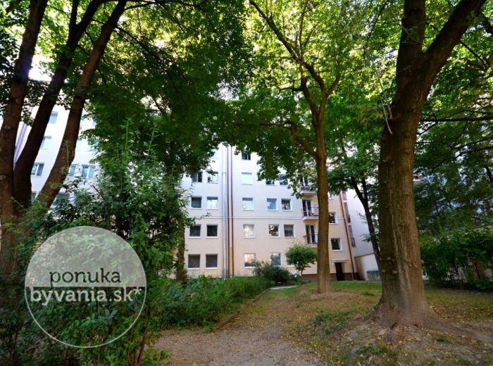 PREDANÉ - ŠPITÁLSKA, 1-i byt, 38 m2 - priestranný byt, tehla, KOMPLETNE ZARIADENÝ, výborná lokalita, v blízkosti Medická záhrada, SÚKROMNÝ PARK