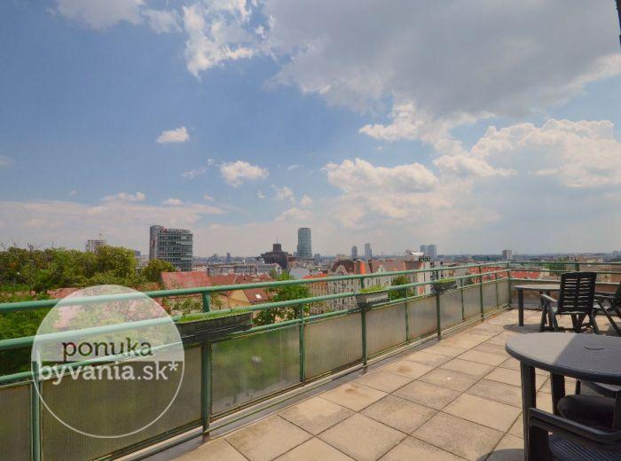 PREDANÉ - PRAŽSKÁ, 3,5i byt, 63 m2 –  priestranný byt, tehla, pivnica, veľká terasa S NÁDHERNÝMI VÝHĽADMI na panorámu Bratislavy, lukratívna lokalita