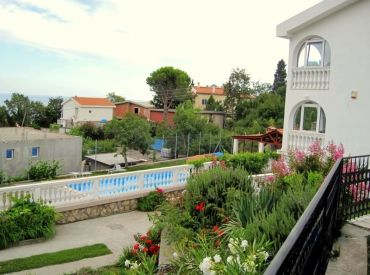 ČIERNA HORA, SUTOMORE, na predaj  3-podlažný, 6-izbový, klimatizovaný slnečný dom s bazénom