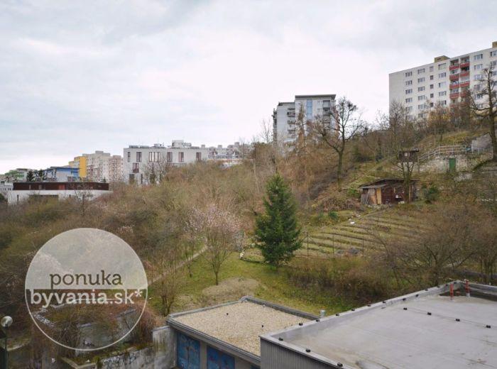 PREDANÉ - KARLOVESKÁ, 1-i byt, 41 m2, LOGGIA, ŠATNÍK, PIVNICA, výhľad na zeleň, IHNEĎ VOĽNÝ