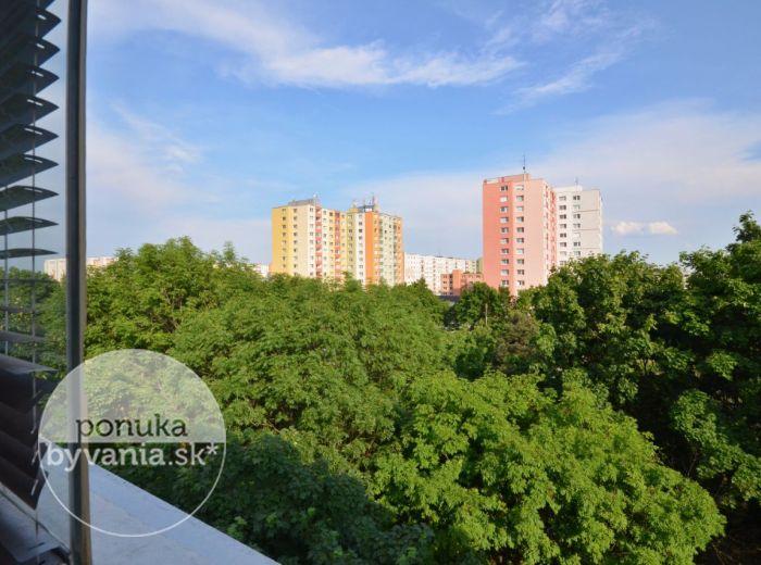 PREDANÉ - TORYSKÁ, 4-i byt, 82 m2 - KOMPLETNE zrekonštruovaný 3 p. bytový dom, zasklená loggia s výhľadom na zeleň, NAJLACNEJŠÍ BYT, ihneď voľný