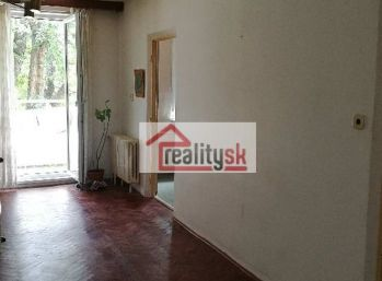 Reality Štefanec /ID-10561/ GA, Clementisove sady, predaj 3 iz. bytu v pôvodnom stave, úžitková plocha 73 m2, s balkónom na 1/5p.. Cena 66.600,-€ .