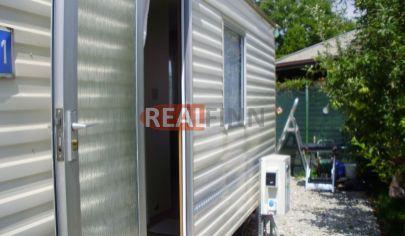 ŠURANY /2 km / - Mobilný dom s krásnou záhradou na predaj  / okamžité nízkonákladové bývanie