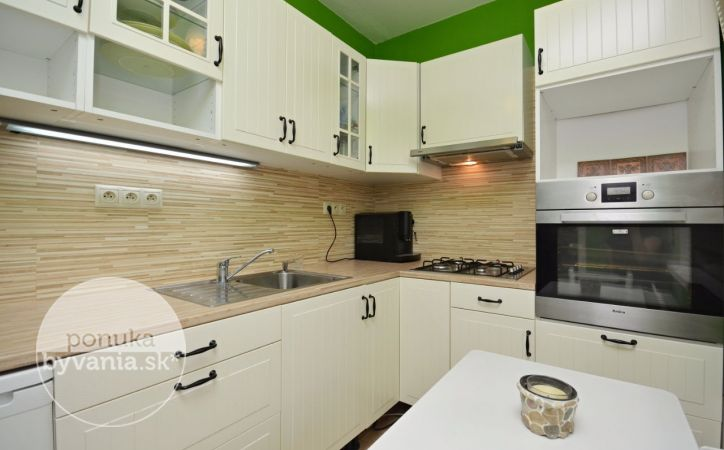 PREDANÉ - BAZOVSKÉHO, 3-i byt, 60 m2 – tichý byt, rekonštrukcia, loggia pozdĺž celého bytu, VÝHĽAD na zeleň, MESAČNÉ NÁKLADY 96 EUR, kúpou voľný