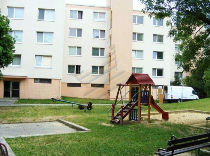 PREDANÉ - CABANOVA, 3-i byt, 75 m2 -  kompletne zrekonštruovaný byt, s loggiou, v zateplenom dome, TICHÉ A PRÍJEMNÉ PROSTREDIE NEĎALEKO LESA