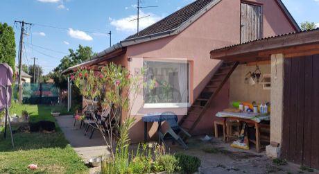 3 - izbový menší rodinný domček, 600 m2 pozemok - Rajka