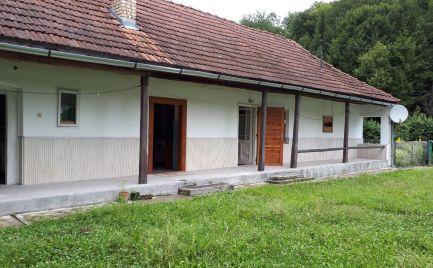 GEMINIBROKER Vám ponúka na predaj pekný zariadený domček v obci Nagyhuta