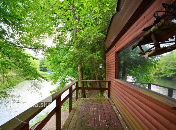 PREDANÉ - SLNEČNÉ ÚDOLIE, 3-i chata, 66 m2 - v nádhernom ROMANTICKOM prostredí, terasa priamo NAD JAZEROM, lodenica
