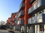 SKOLAUDOVANÁ NOVOSTAVBA - 2 izbový byt s PREDZÁHRADKOU - PARKOVANIE v cene - Kaplna, okr. SENEC.