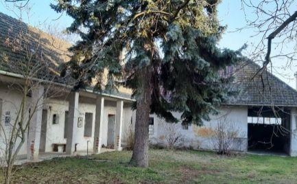 Zemianska kúria (gazdovská usadlosť) s 7.322 m2 pozemkom vo Štvrtku nad Váhom