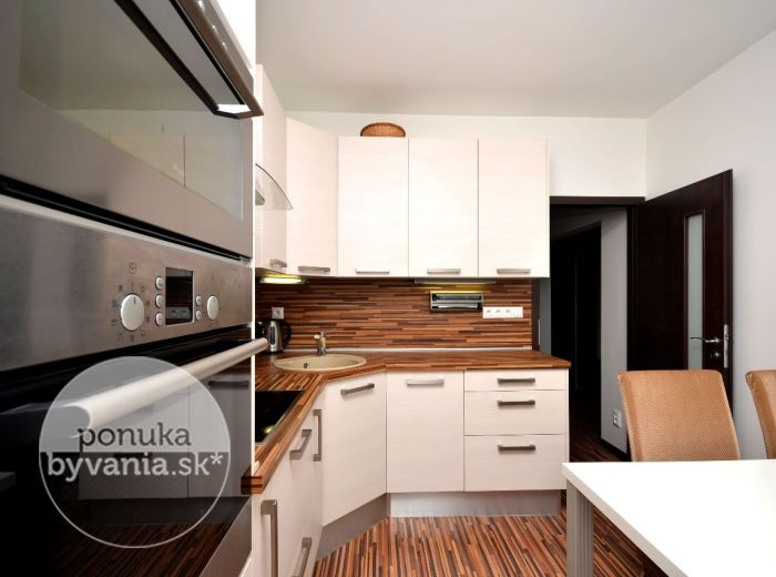 PREDANÉ - RÖNTGENOVA, 4-i byt, 87 m2 - moderný byt, kompletná rekonštrukcia, VÝHĽAD na hrad, presklená loggia, výborná LOKALITA