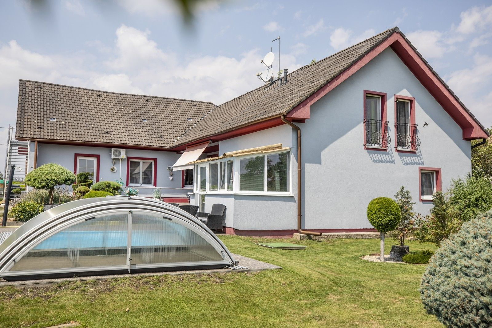 NA PREDAJ: Štýlový dvojgeneračný rodinný dom s bazénom v Tomášove