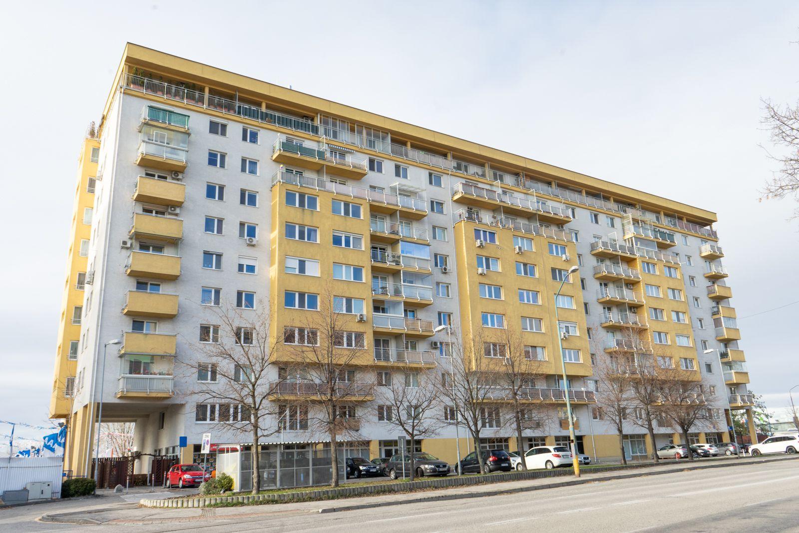 PONÚKAME NA PREDAJ - 1 izbový byt vo vyhľadávanej lokalite v Petržalke na Budatínskej ulici